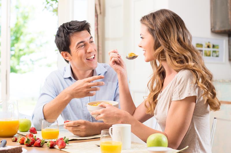 man en vrouw eten gezellig