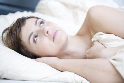 vermoeid in bed liggen