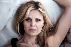 vermoeide vrouw in bed