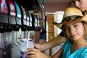 enfants au distributeur de soda